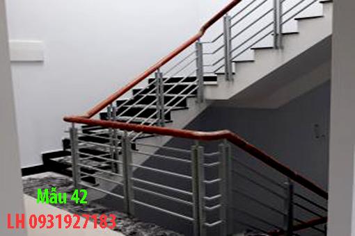 Mẫu cầu thang sắt tay vịn gỗ đẹp tại Đà Nẵng